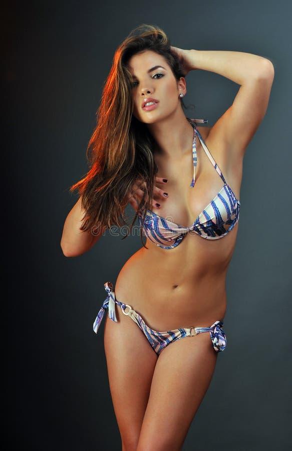 Portret ładny Latina swimsuit mody model zdjęcia royalty free