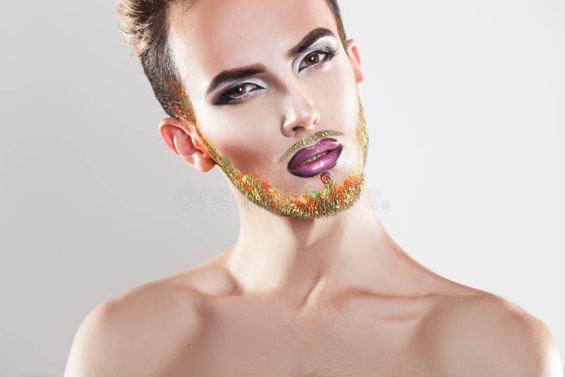 Portret ładny samiec model z makeup i multicolor brodą fotografia stock