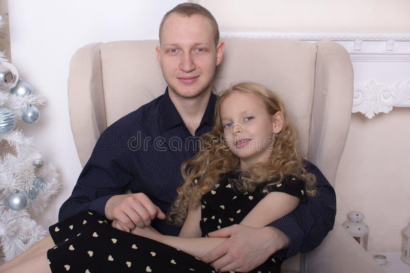 Portret śliczna blond siostra i brouther zdjęcia stock