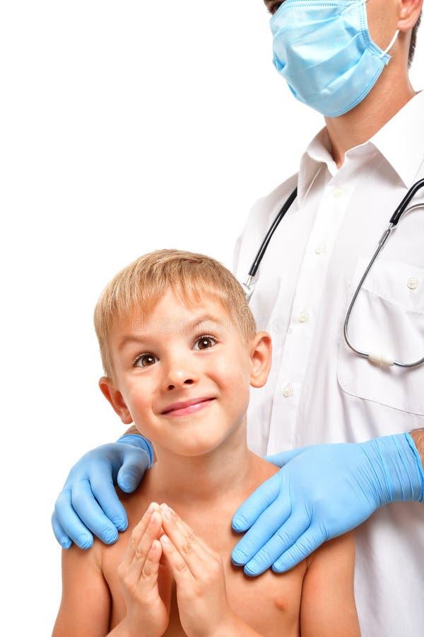 Portret śliczna chłopiec pyta dla pomocy od lekarki obrazy stock