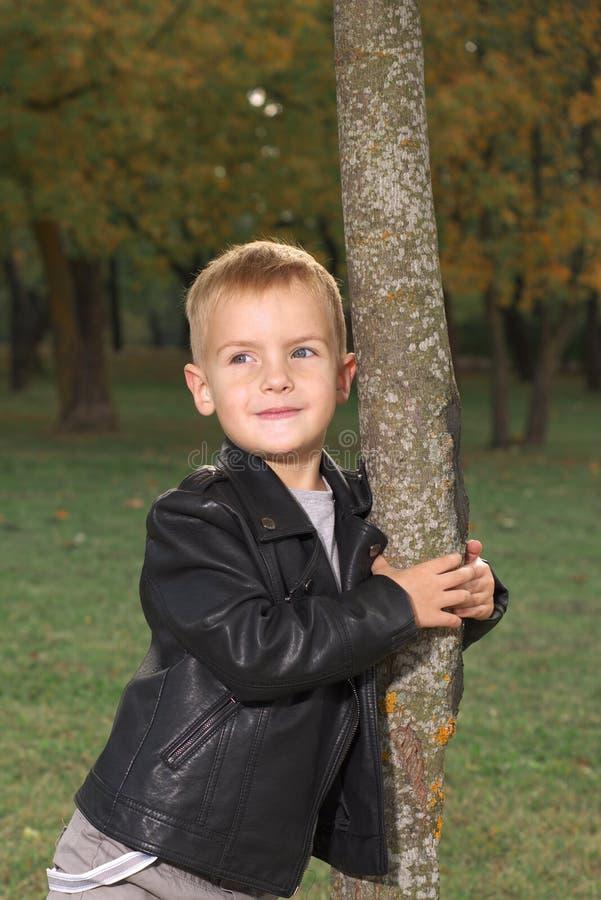 Portret śliczna chłopiec w czarnej skórzanej kurtce zdjęcia stock