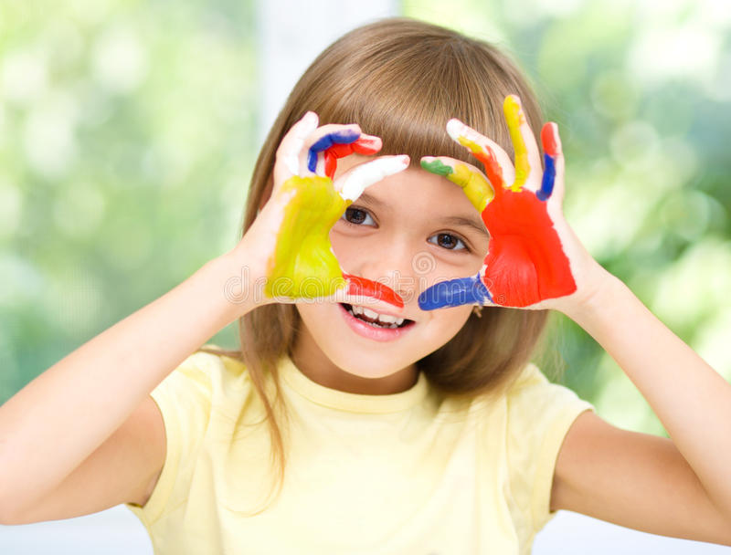 Portret śliczna dziewczyna bawić się z farbami fotografia stock