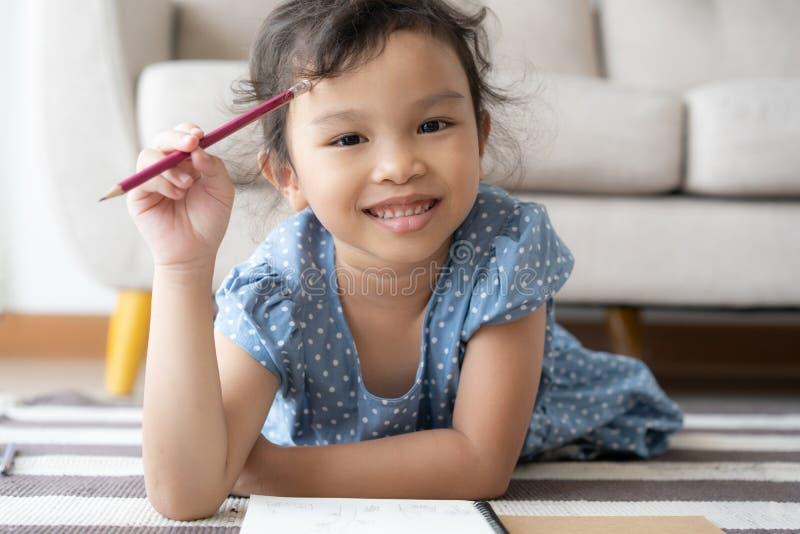 Portret śliczna dziewczyna troszkę studiuje nową lekcję, uśmiech, rozochocony zdjęcia royalty free