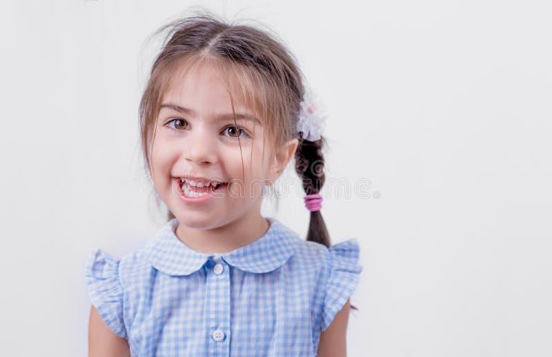 Portret śliczna dziewczyna w mundurku szkolnym obraz royalty free