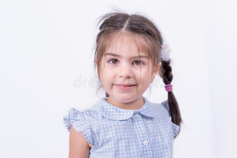 Portret śliczna dziewczyna w mundurku szkolnym zdjęcie stock