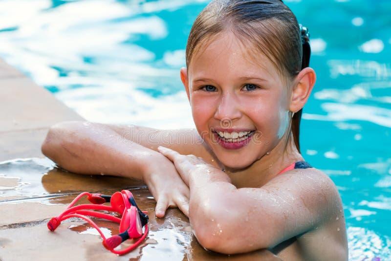 Portret śliczna dziewczyna w pływackim basenie fotografia royalty free