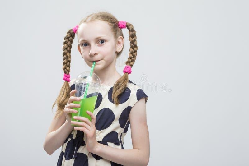 Portret Śliczna I uśmiechnięta Kaukaska mała dziewczynka Z Pigtails Pozuje w polki kropki sukni zdjęcie stock