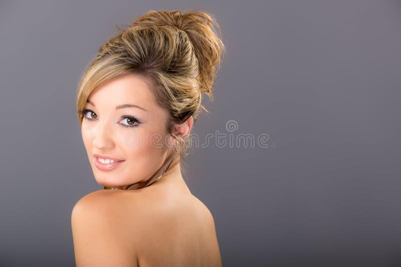 Portret śliczna młoda blondynka na popielatym tle, zdjęcie stock