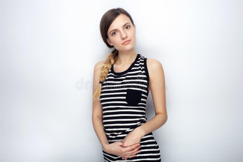 Portret śliczna młoda piękna kobieta questioningly patrzeje w kamerę pozuje dla wzorcowych testów przeciw pracownianym półdupkom  fotografia royalty free
