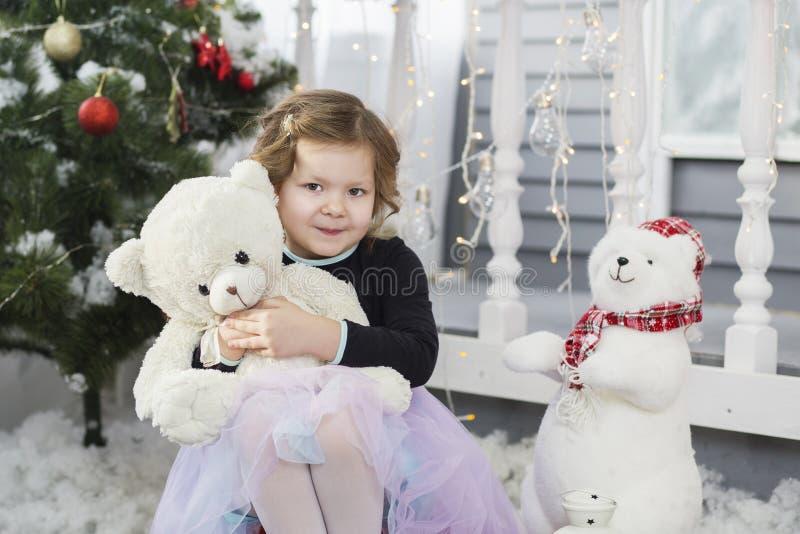 Portret śliczna mała dziewczynka ściska miękkiego misia fotografia royalty free