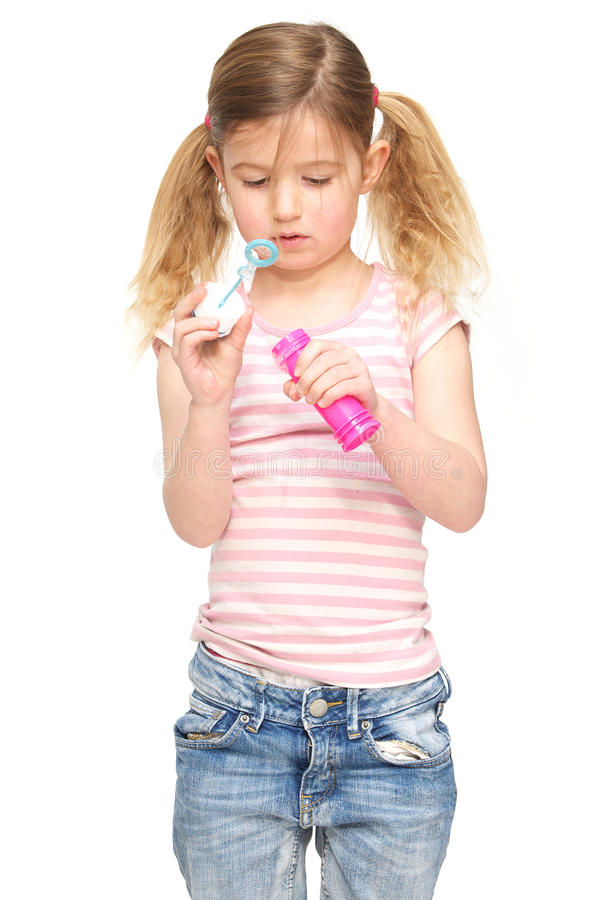 Portret śliczna mała dziewczynka dmucha mydlanych bąble obraz royalty free
