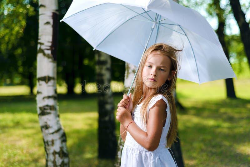 Portret śliczna mała dziewczynka w białych dresach zdjęcie stock