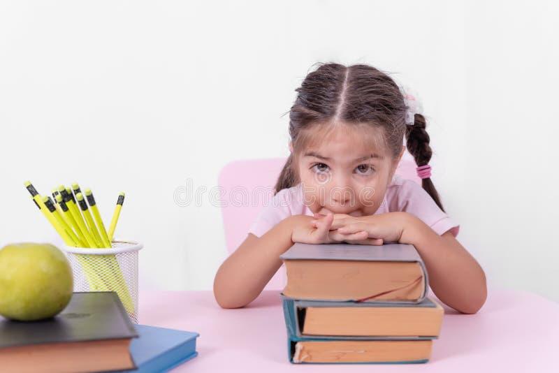 Portret śliczna mała dziewczynka w mundurku szkolnym obrazy stock