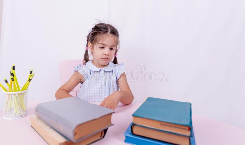 Portret śliczna mała dziewczynka w mundurku szkolnym zdjęcia royalty free