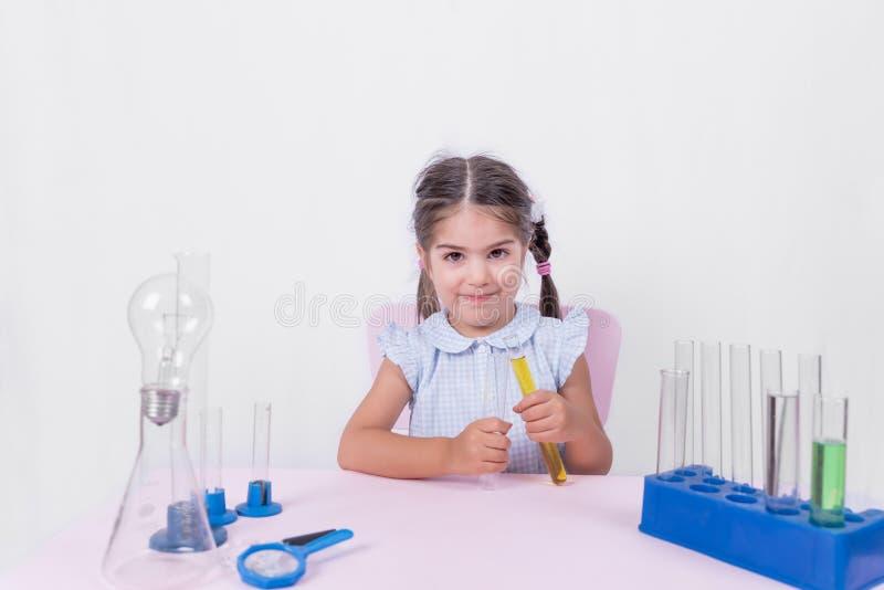 Portret śliczna mała dziewczynka w mundurku szkolnym fotografia royalty free