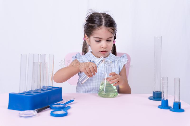 Portret śliczna mała dziewczynka w mundurku szkolnym obraz stock