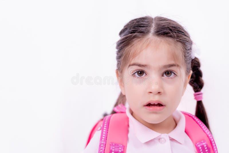 Portret śliczna mała dziewczynka w mundurku szkolnym fotografia stock