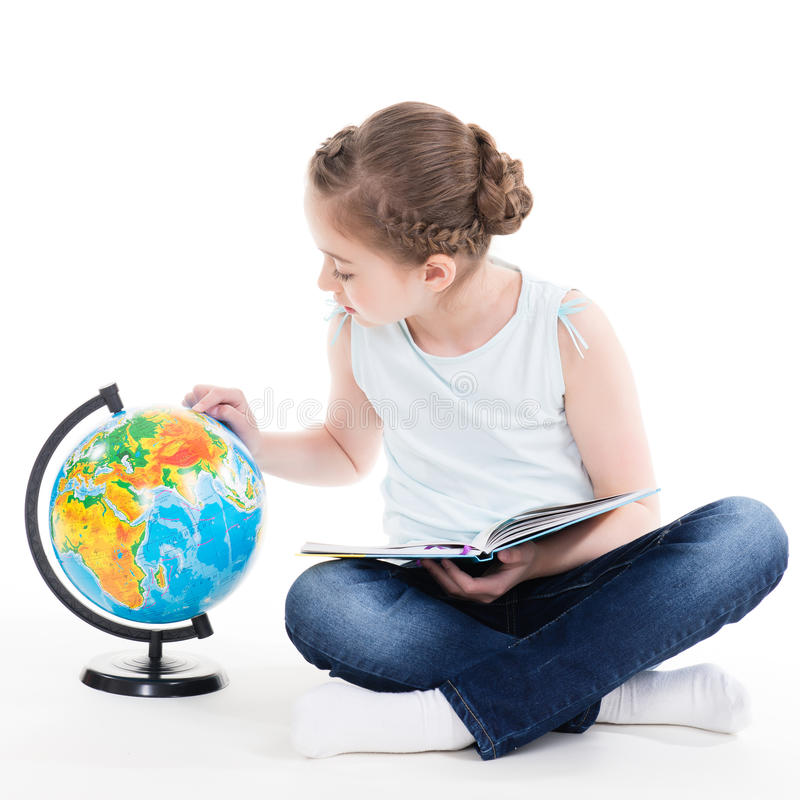 Portret śliczna mała dziewczynka z kulą ziemską. fotografia royalty free