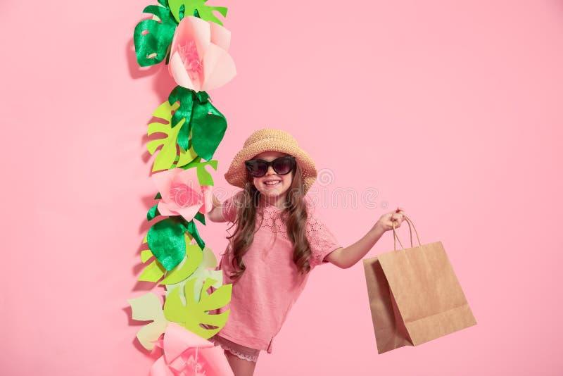 Portret śliczna mała dziewczynka z torbą na zakupy zdjęcia stock