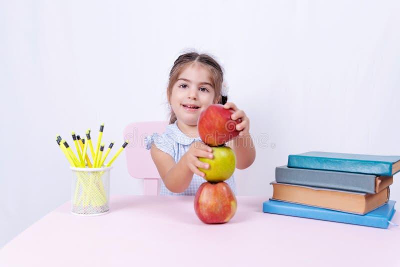 Portret śliczna mała szczęśliwa dziewczyna w mundurku szkolnym zdjęcie stock