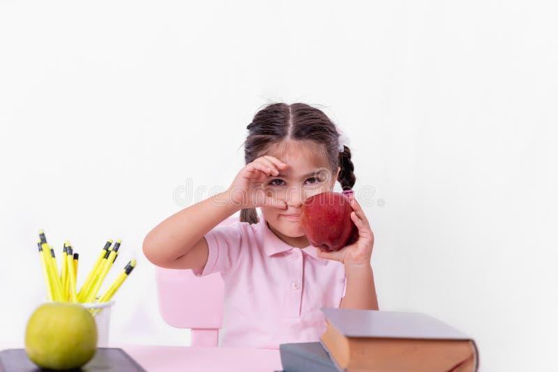 Portret śliczna mała szczęśliwa dziewczyna w mundurku szkolnym obraz royalty free