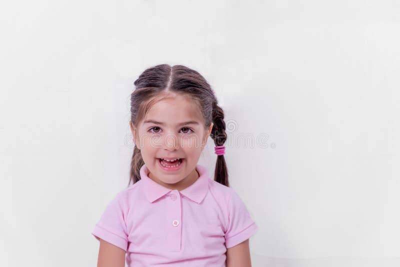 Portret śliczna mała szczęśliwa dziewczyna w mundurku szkolnym zdjęcia royalty free