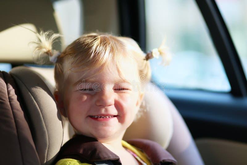 Portret śliczna preschooler dziewczyna w samochodzie obrazy royalty free