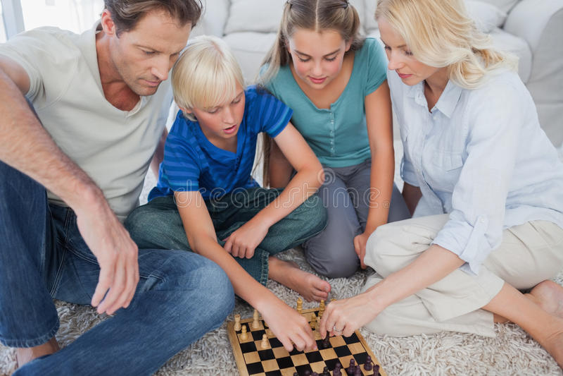 Portret śliczna rodzina bawić się szachy zdjęcia royalty free