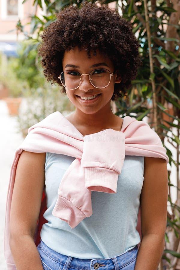 Portret śliczna uśmiechnięta dziewczyna jest ubranym przypadkowych ubrania zdjęcia royalty free