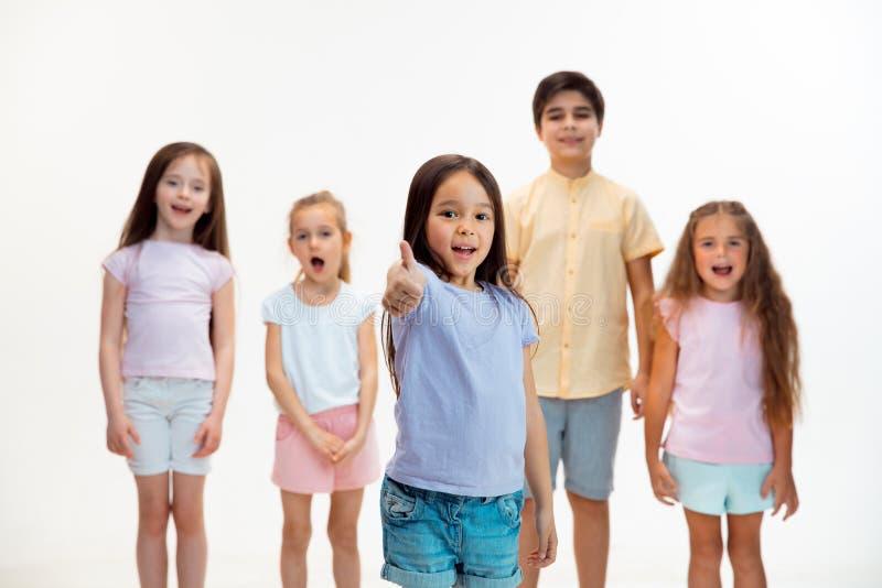 Portret śliczne chłopiec i dziewczyny w eleganckich ubraniach patrzeje kamerę przy studiiem obraz stock