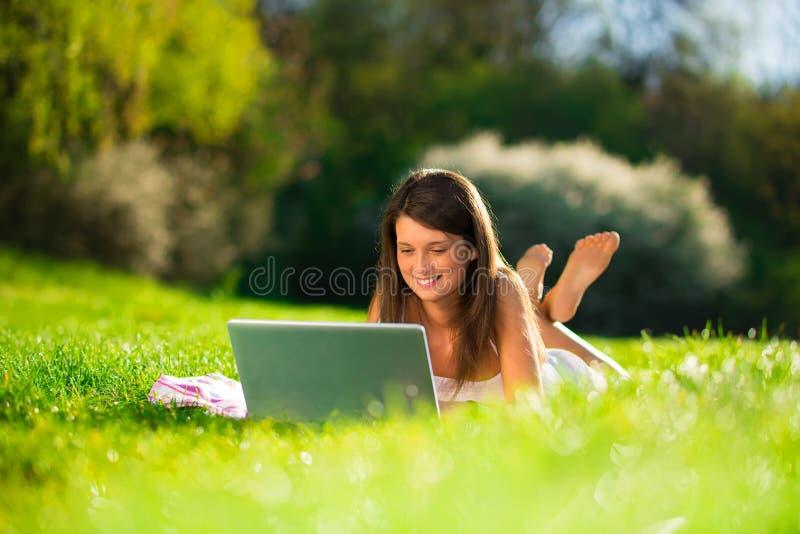 Portret śliczne młode kobiety z laptopem obraz stock