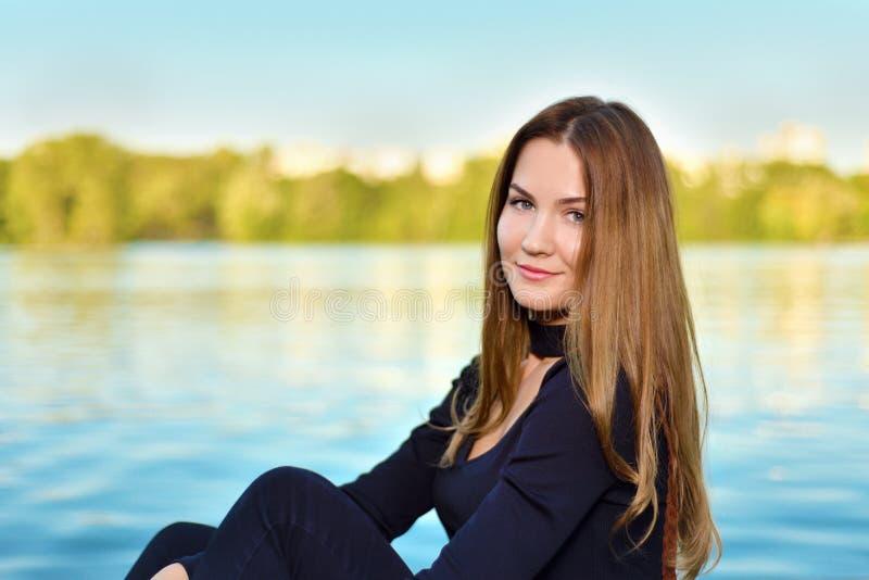 Portret ślicznego młodego brązu z włosami dziewczyna obrazy royalty free