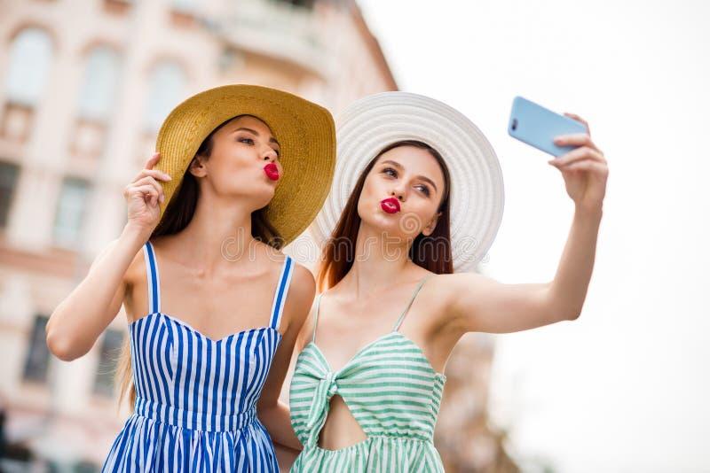 Portret śliczni ludzie uczni z pouted warga kija brunetki fotografii dosłania powietrza włosianymi robi buziakami jest ubranym su obraz royalty free