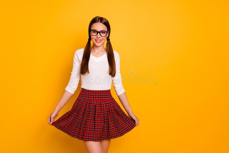 Portret śliczni ogony eyewear eyeglasses specs damy młodości dotyka spódnicy czerwień sprawdzał szkockiej kraty odczucia pozytywu obrazy royalty free