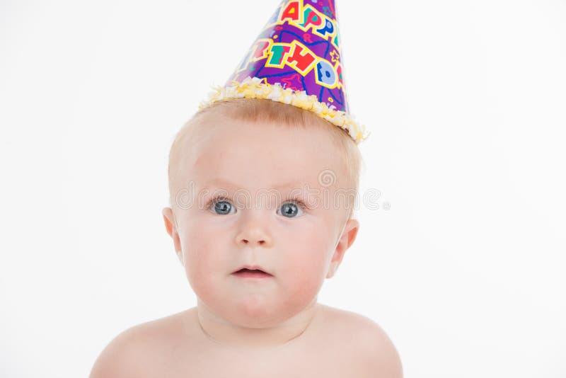 Portret śliczny śmieszny dziecko w przyjęcie urodzinowe kapeluszu. fotografia stock