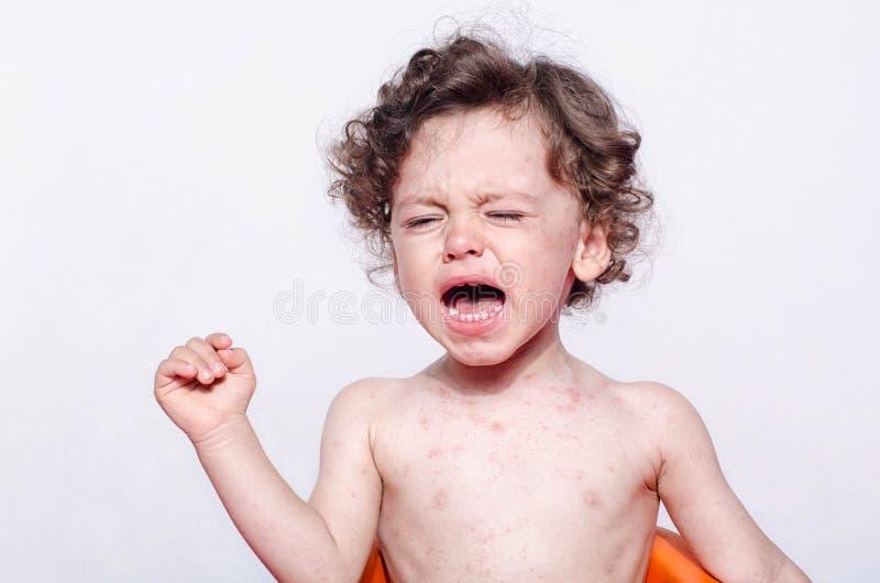 Portret śliczny chory chłopiec płacz obrazy stock