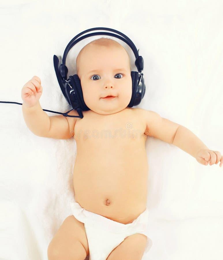 Download Portret śliczny Dziecko Słucha Muzyka W Hełmofonów Kłamać Obraz Stock - Obraz złożonej z lyme, trochę: 53788499