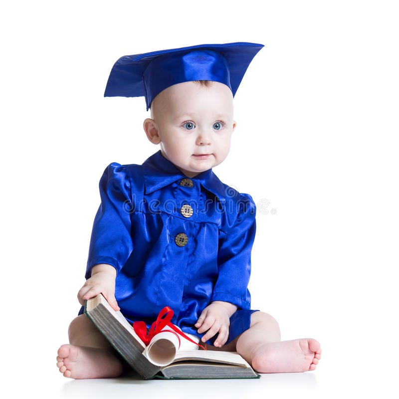 Portret śliczny dziecko w studenckim kapeluszu z książką obrazy stock