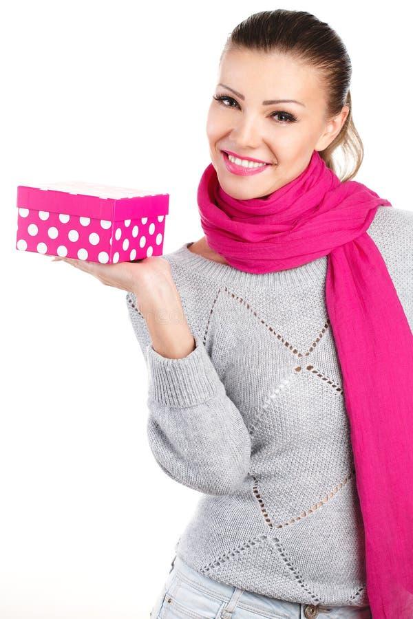 Portret śliczny młodej kobiety mienia prezenta pudełko w jej ręce zdjęcie stock