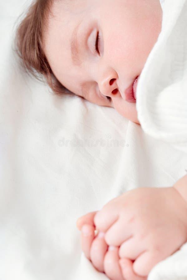 Portret śliczny małej dziewczynki dosypianie na białej poduszce obraz royalty free