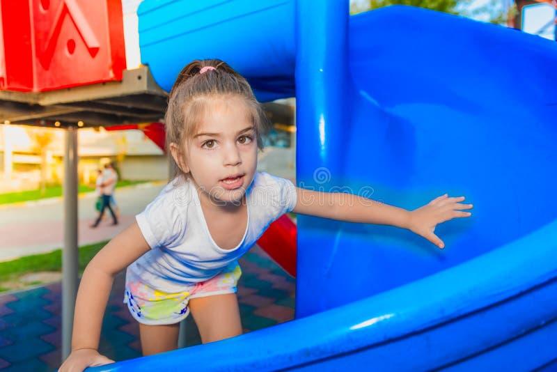 Portret śliczny małej dziewczynki pięcie na suwakach obraz stock