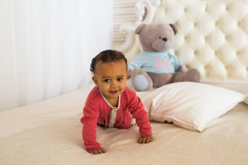 Portret śliczny mały amerykanin afrykańskiego pochodzenia chłopiec ono uśmiecha się obraz stock