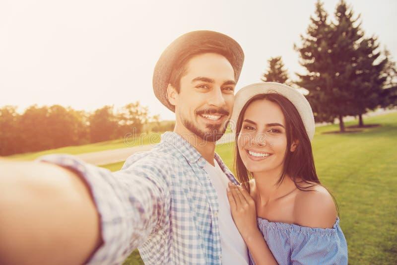Portret śliczny romantyczny brodaty brunet facet w koszula, spaja d obraz royalty free