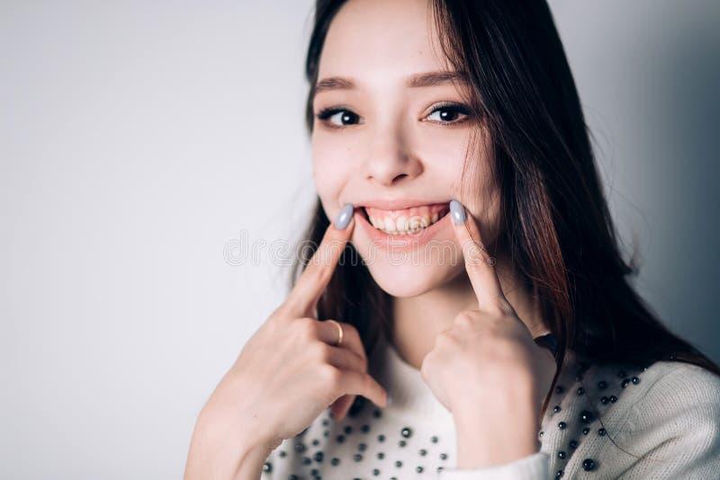 Portret śmieszna emocjonalna dziewczyna szczęście, uśmiech, pozytywne emocje zdjęcie royalty free