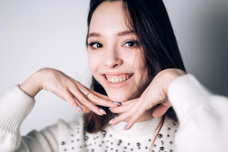 Portret śmieszna emocjonalna dziewczyna szczęście, uśmiech, pozytywne emocje obrazy stock