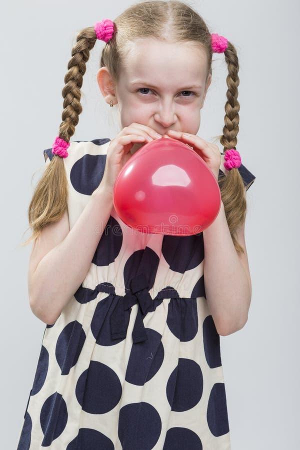 Portret Śmieszna Kaukaska Blond dziewczyna Z Pigtails Pozuje w P obraz royalty free