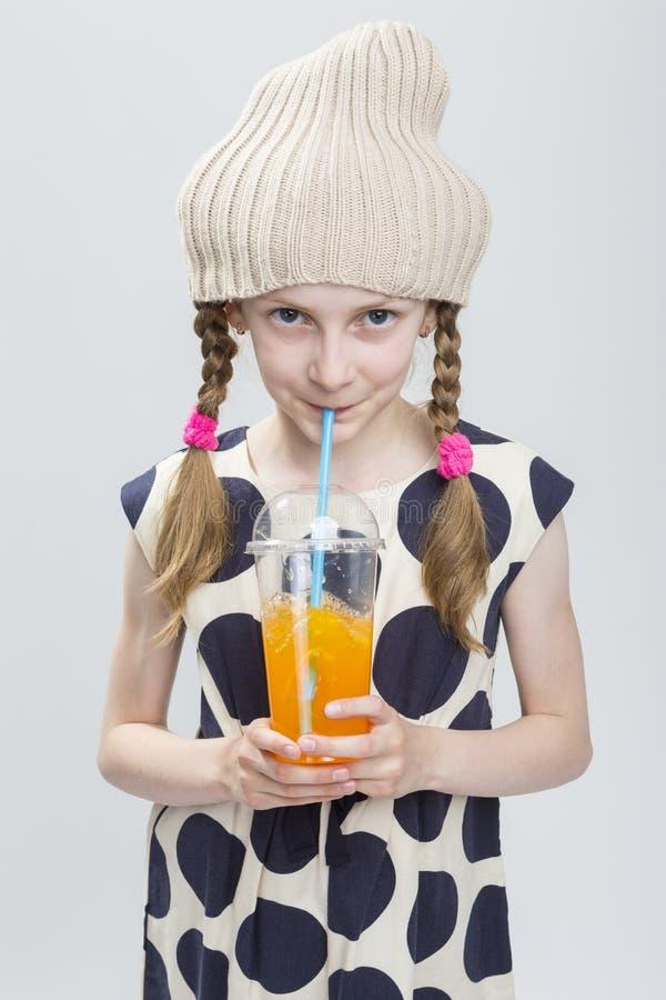 Portret Śmieszna Kaukaska dziewczyna Z Pigtails Pozuje w Ciepłym kapeluszu obrazy stock