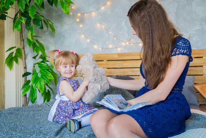 Portret śmieszna mała dziewczynka i jej matka w domu fotografia royalty free