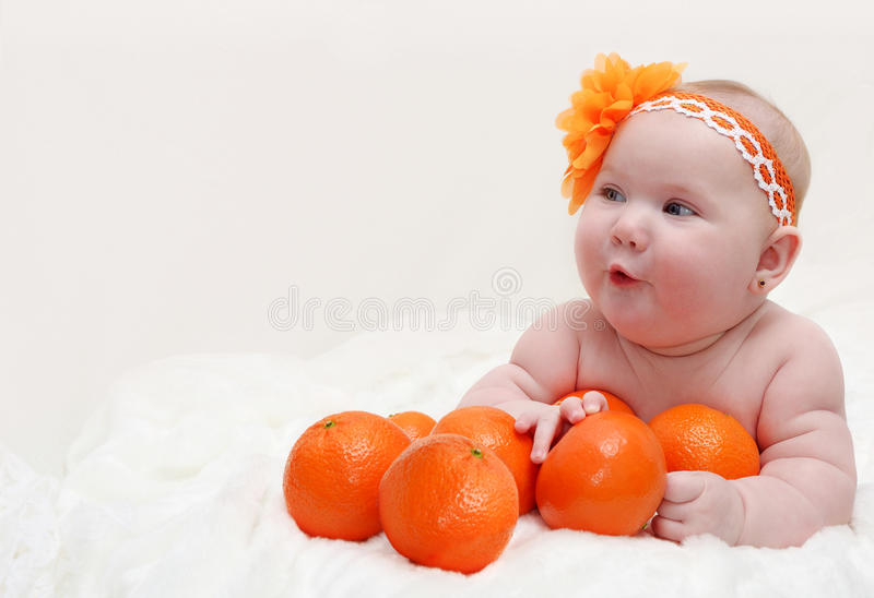 Portret śmieszna mała zdziwiona dziewczynka l zdjęcie royalty free