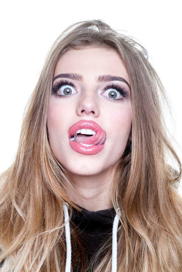 Portret śmieszna modniś dziewczyna patrzeje kamerę nad białym tłem Komiczna kobieta Zamyka w górę portreta zdziwiony obrazy stock